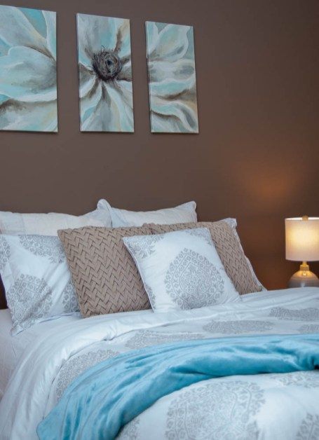 Picture of brown and blue master bedroom bedding