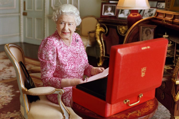 The queen is offering to pay you £30,000 a year to tweet for her