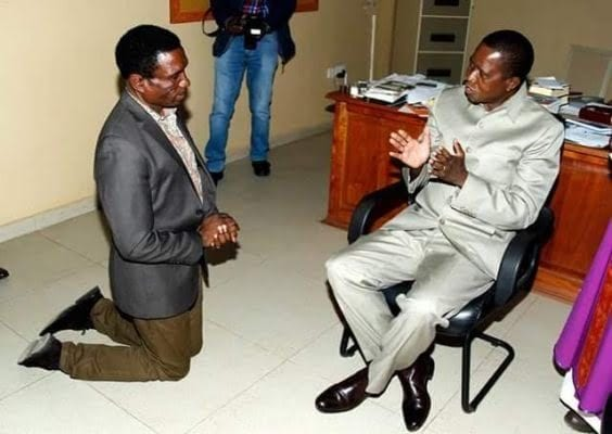 PHOTO: Minister kneels to beg President in his office