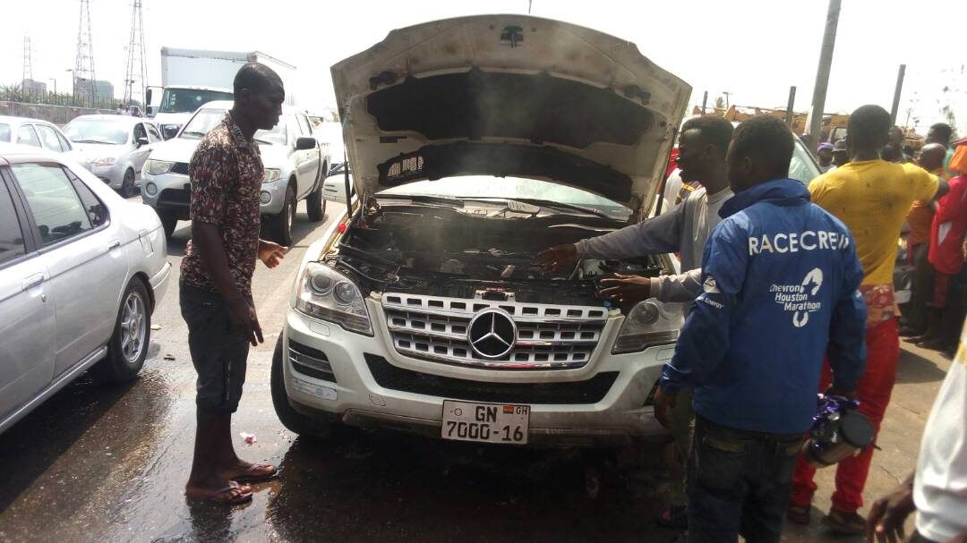 VIDEO: Hawkers at Dzorwulu traffic light fight fire with sachet water