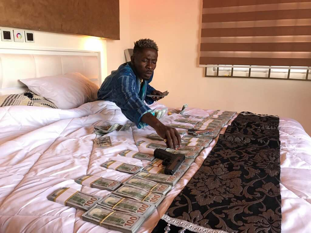 Video: Shatta Wale flaunts cash; charges Ghetto youth to rack their brains to make more