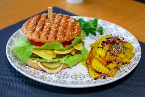 Burger vegan și cartofi cu rozmarin