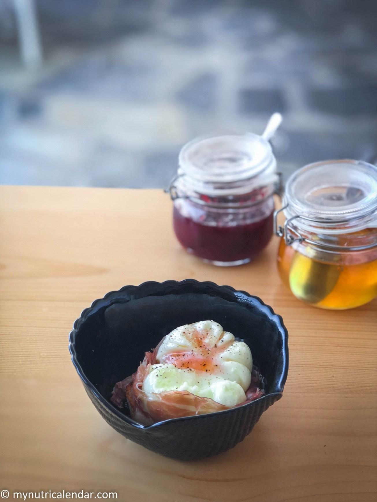 αυγό ποσέ Τήνος πρωινός μπουφές poached egg breakfast buffet Tinos Greece