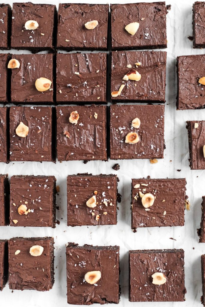 RAW HAZELNUT BROWNIE BARS - Delicious vegan and gluten-free hazelnut and chocolate brownie. Ideal for snaking and indulging!