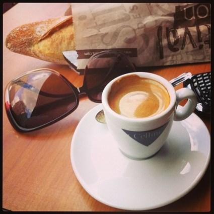 cafe en terrace paris baguette photo