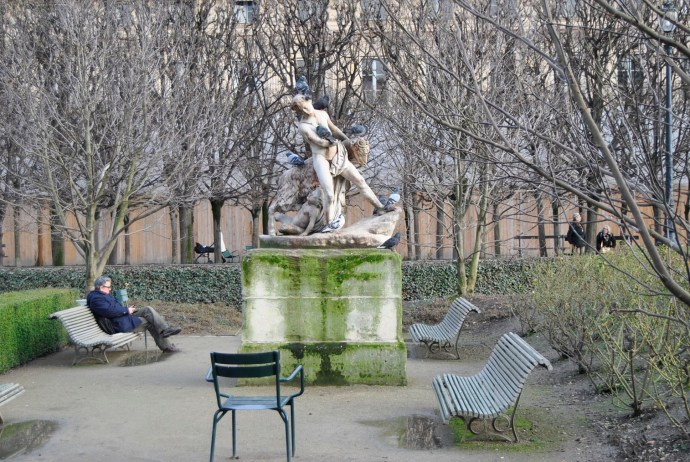pigeons palais royal statue