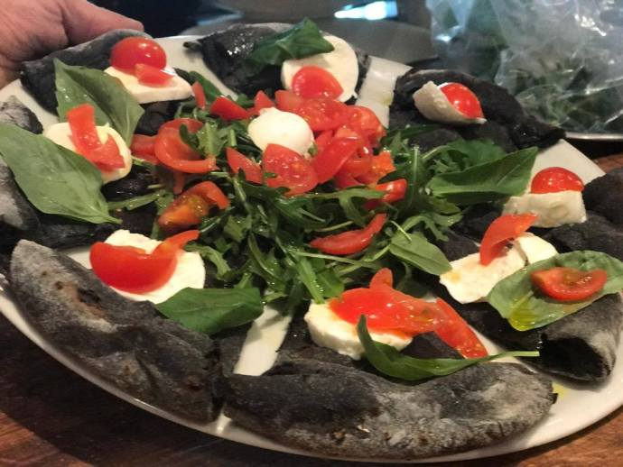 ivones-paris-pizza-black-crust