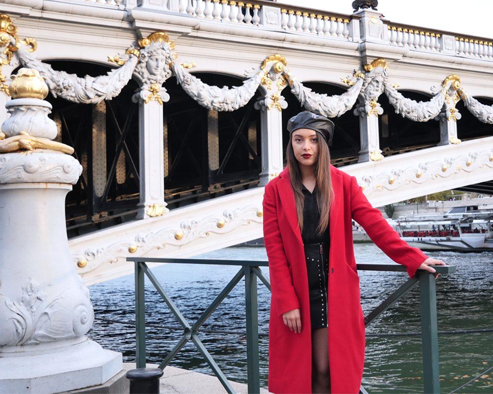 look-manteau-classe-rouge-laine-debout