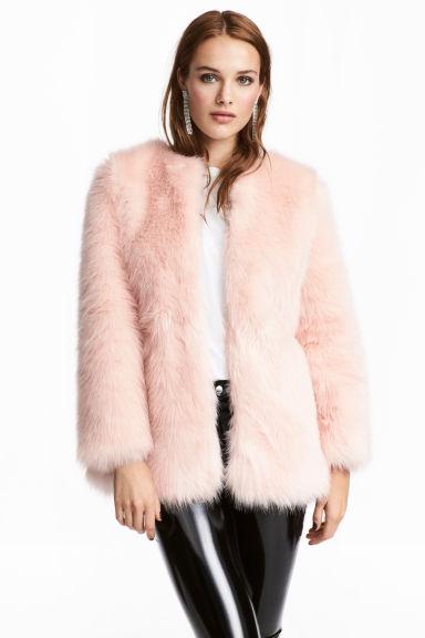 look-manteau-fausse-fourrure-shop-rose-poudre-hm