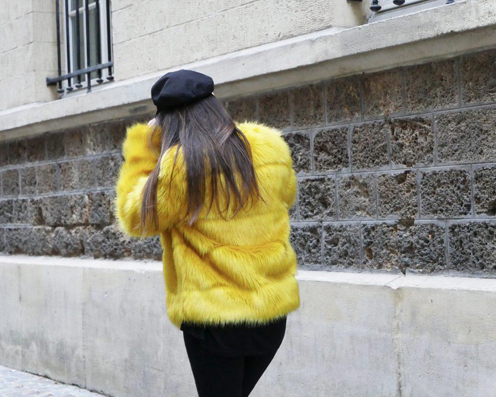 look-titi-faux-fur-jaune-dos-marche