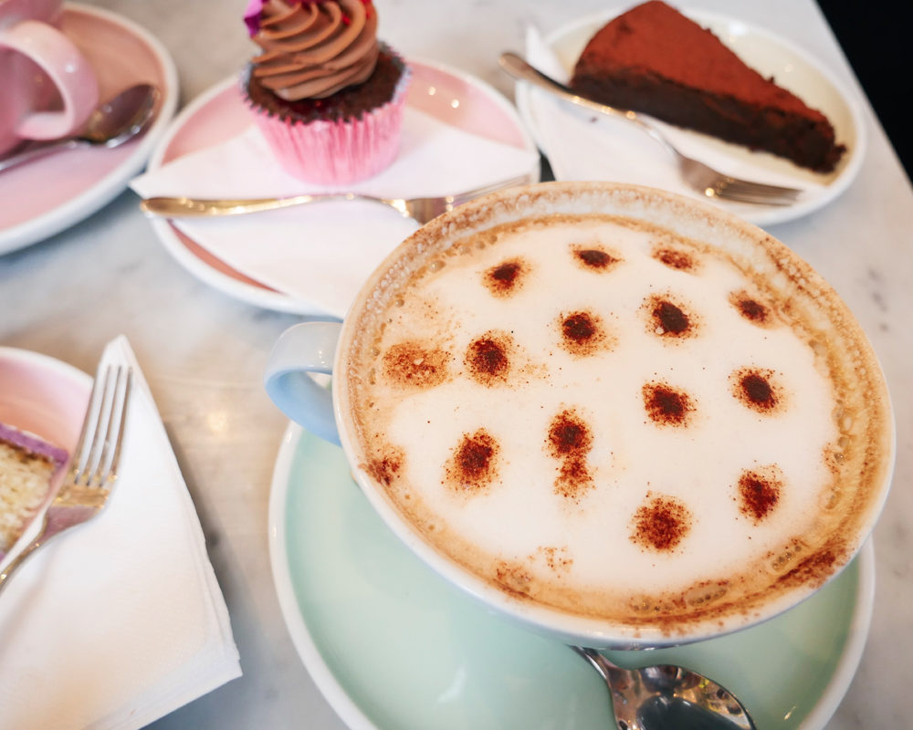 bonnes-adresses-food-londres-peggy-porschen-cakes-hot-chocolate-latte-art