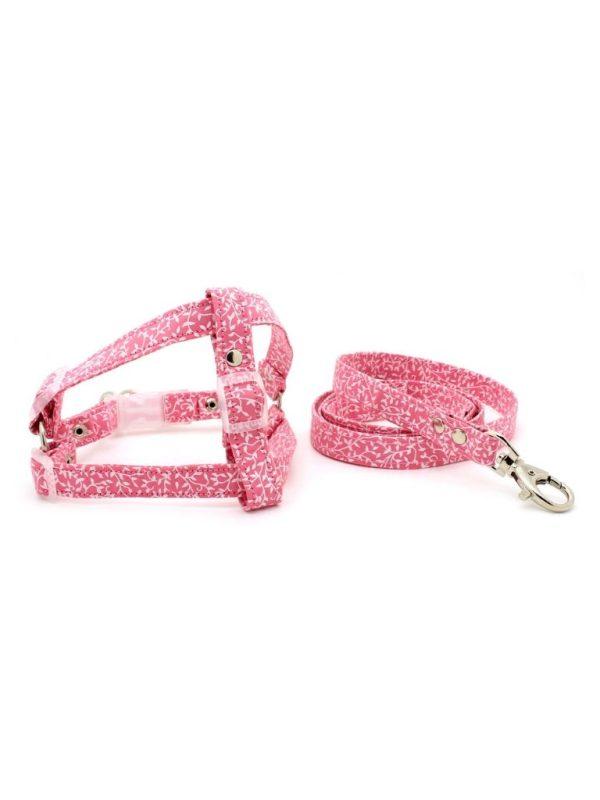 Conjunto Peitoral e Guia para Cachorro Estilo Americano em Tecido Rosa Raminhos Metais Niquelados