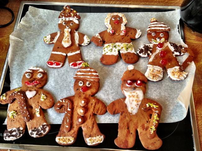 4 Lebkuchenmänner und eine Lebkuchenfrau und eine Lebkuchenalien mit fetten roten Augen :-D