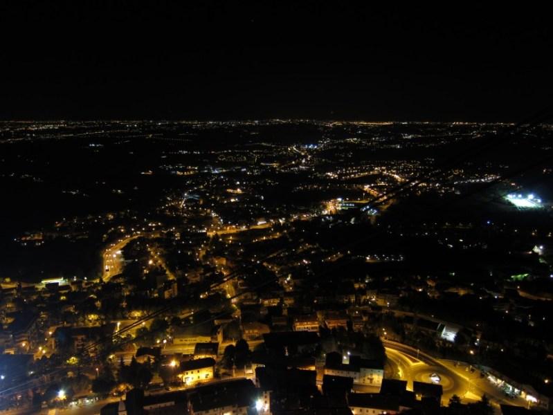 Ausblick von San Marino bei Nacht