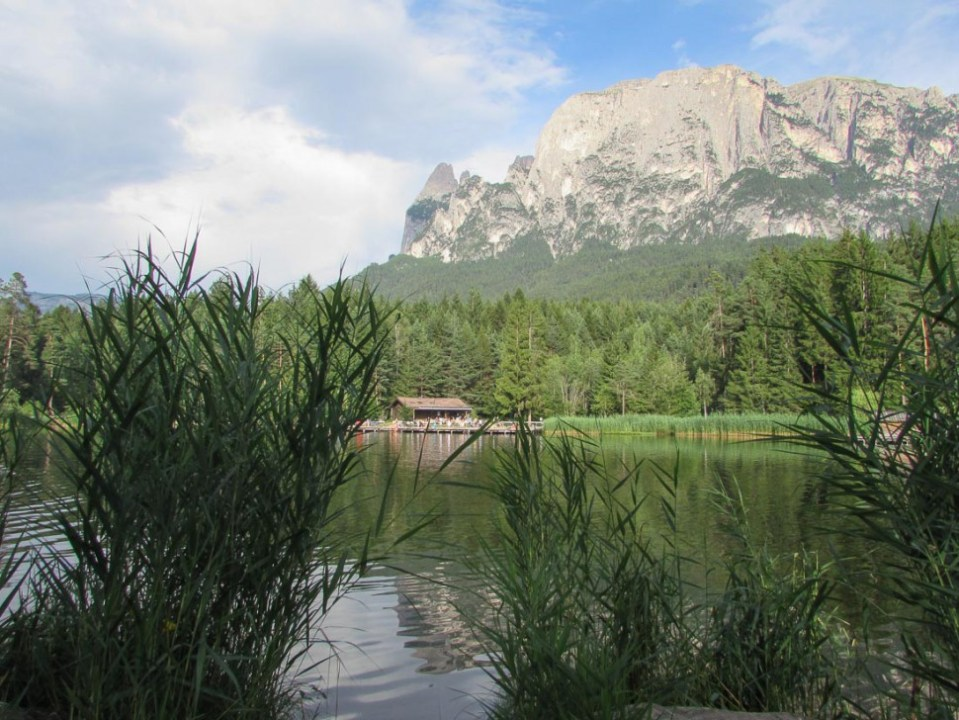 Voelser Weiher und Blick auf Berge