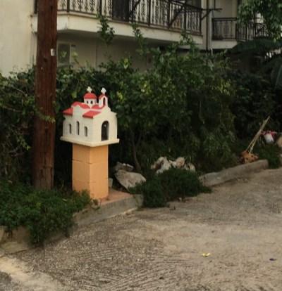kleine Kirche an Straße in Griechenland