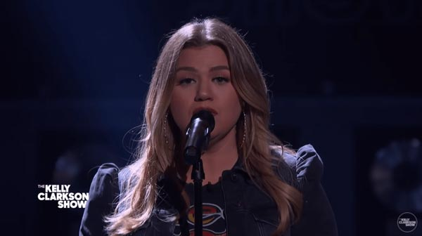 Kelly Clarkson powerfully sings Need You Now