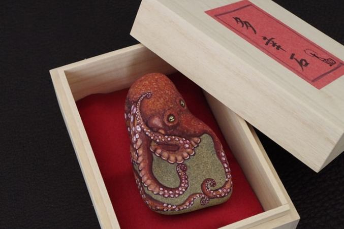 An image of an octopus painted on a stone by Akie Nakata