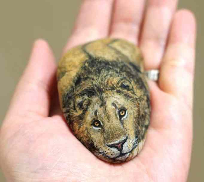 An image of a lion painted on a stone by Akie Nakata