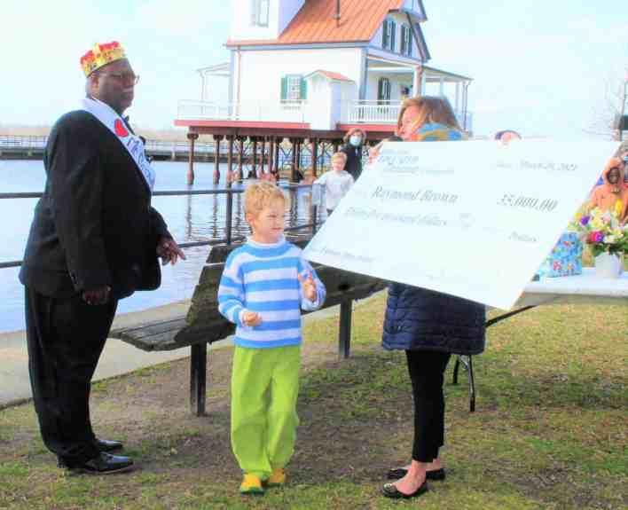 Адриан Вуд вручает мистеру Брауну чек на 35000 долларов