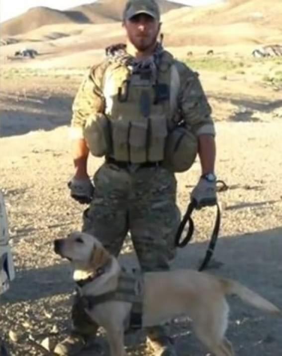 Сержант  Том Хансен со своим собачьим партнером Тейлором в Афганистане