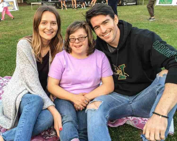 Татьяна, Бриттани и Крис сидят на траве