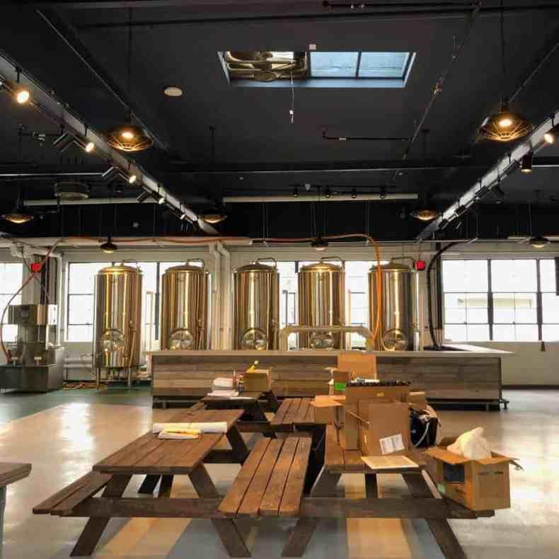 Столы внутри пивоварни Гленбрук