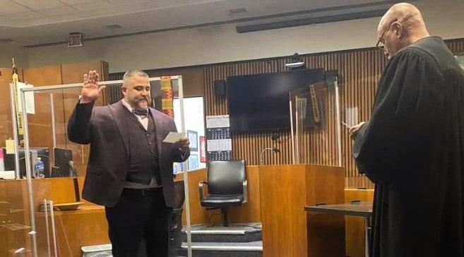 Адвокат Эд Мартелл во время церемонии приведения к присяге в качестве поверенного