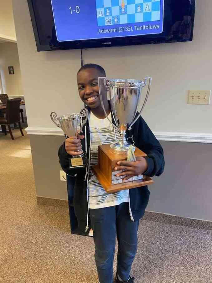 Танитолува Адевуми держит два трофея
