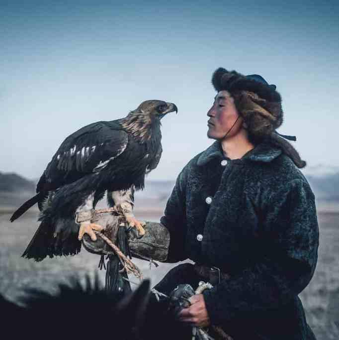 Охотник на орла-самца со своим орлом