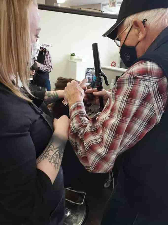 Пожилой мужчина учится завивать волосы