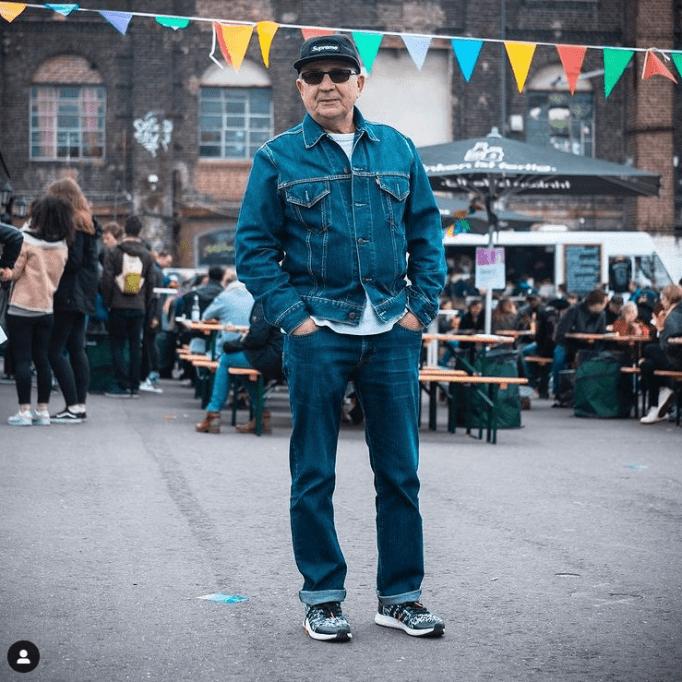Этот 75-летний дедушка полностью потрясает своим джинсовым костюмом!