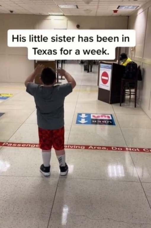 Мальчик ждет в аэропорту