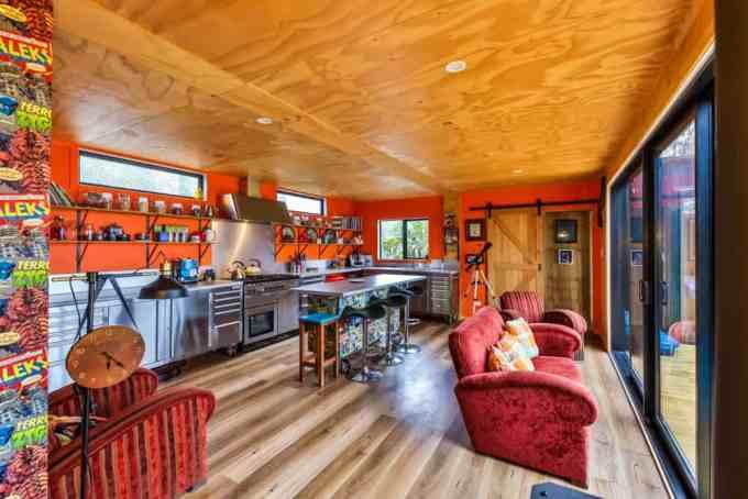 Эта кухня оснащена диваном с прекрасным видом.