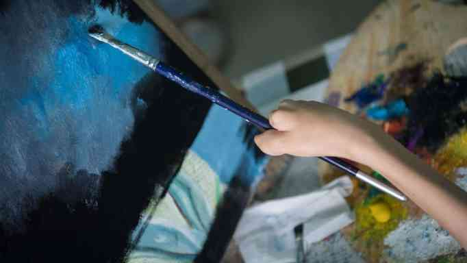In spite of her condition, Zhang Junli is able to create beautiful paintings