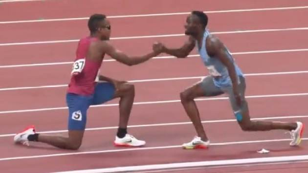 Isaiah Jewett and Nijel Amos shaking hands