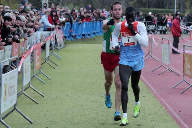 Ivan Anaya guiding Abel Mutai to the finish line
