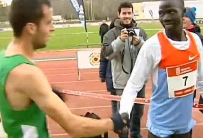 Ivan Anaya and Abel Mutai shaking hands