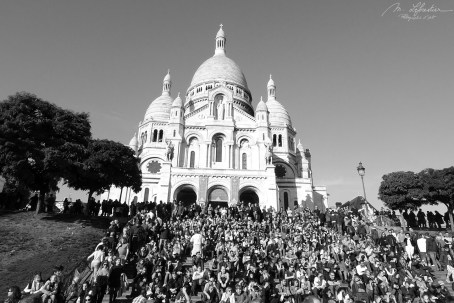 reality of the amount of tourists by the Sacre Coeur in Paris
