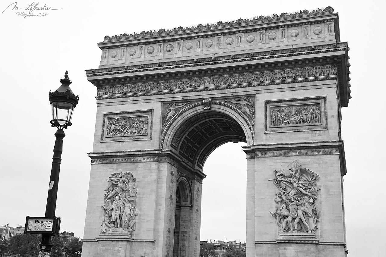 the Arc de Triomphe in Paris in black and white