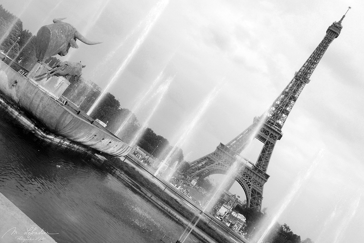 view on the Eiffel tower with fountains in the front