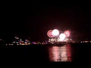 http://article.wn.com/view/2012/01/27/Flashes_of_brilliance_Fireworks_and_lightning_combine_to_lig/