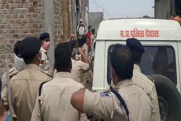 पुलिस ने लॉक डाउन के दौरान क्रिकेट खेलने से रोका, तो कर दिया पुलिस पर पथराव।