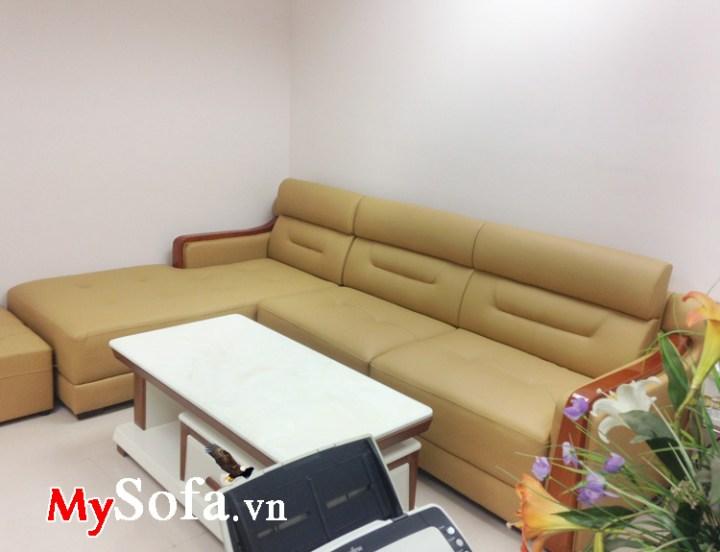 Ghế sofa đẹp kê phòng khách chất liệu da với tay vịn ốp gỗ tự nhiên sang trọng