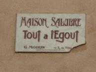"""Pour éviter la destruction en son temps, la plaque indique """"Maison salubre Tout à l'égout"""" (au 9 rue Beautreillis)"""