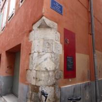 Perpignan, angle de rue en granite