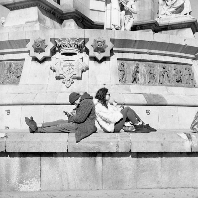 street las ramblas monument couple barcelona yashica 635 ilford hp5 film medium format 120 spain
