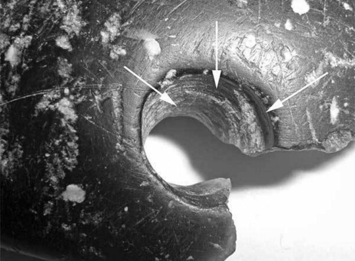 Sporen van het gebruik van boren met een werktuig op de armband van Denisova Cave