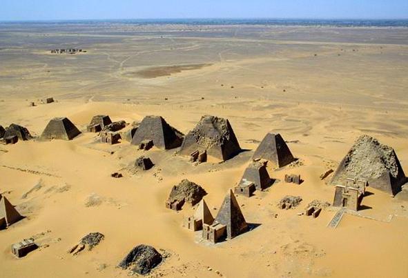 Vista aérea das pirâmides de meroë |  A terra de Kush