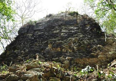 Estructura de piedra en la ciudad previamente desconocida y ahora llamada Tamchen. Crédito: Ivan Sprajc.